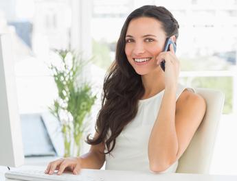 centralita virtual telefonia ip móvil mujer hablando en oficina
